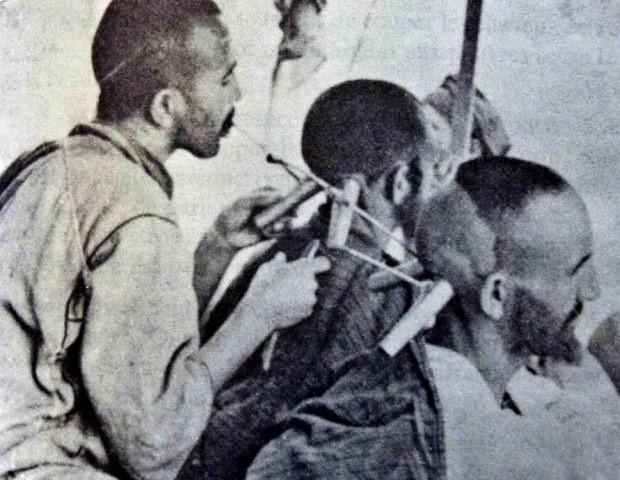 سلمانی مراکشی در حال حجامت دو مرد، همزمان با هم. برگرفته از http://phisick.com/item/morrocan-cupping-vessel/.