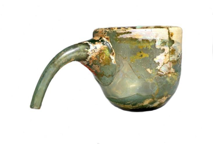 بادکش شیشهای ایرانی دستهکج به ارتفاع 5 و طول 9.9 سانتیمتر، مربوط به قرن نهم تا یازدهم میلادی، که در 1940م در نیشابور کشف شد و در موزۀ متروپولیتن نیویورک نگاهداری میشود.