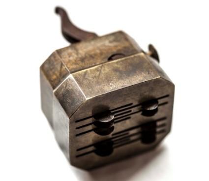 چاکدهندۀ پوست (scarificator). برگرفته از Davis and Appel, Bloodletting Instruments, 24.