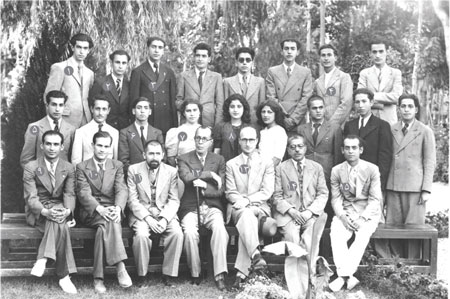 استاد احسان یارشاطر در کنار همکلاسان و استادان، دانشکدۀ ادبیات دانشگاه تهران، سال 1316ش/1938م. (1) داوود نبوی، (2) محمد آشنا، (3) لطفالله هنرور، (4) احسان یارشاطر، (5) کرمالله افشار، (6) کفاش، (7) مهری آهی، (8) فردوس نفیسی، (9) مهدی بیانی، (10) عبدالله شیبانی، (11) بدیعالزمان فروزانفر، (12) ملکالشعرای بهار، (13) علیاکبر سیاسی، (14) احمد بهمنیار، (15) جلالی.