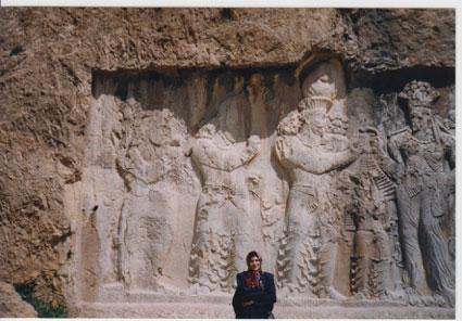 مراسم تاجگذاری نرسی، هفتمین پادشاه ساسانی (ح. 293-302م)، که نامش با مهرنرسی وزیر بزرگ ساسانیان مشابهت دارد و با او اشتباه گرفته میشود. او بر بهرام سوم پیروز شد و به این مناسبت کتیبهای در پایکولی شمال قصر شیرین نویساند.