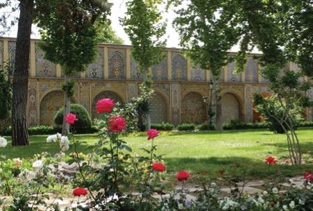 تصویر 3. نمایی از محوطه و باغ زیبای کاخ گلستان. عکس از مریم سجدهای.