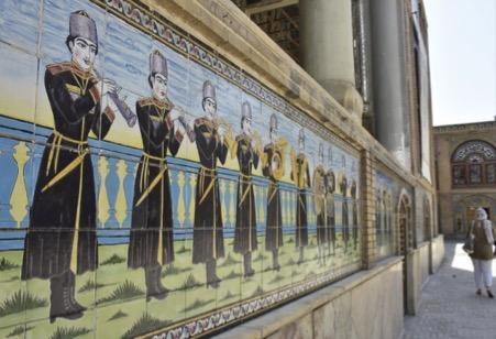 تصویر 6. نگارهای از کاشیکاریهای دیوارۀ عمارت شمسالعماره در کاخ گلستان. عکس از مریم سجدهای.